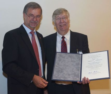 Prof. Dr. Gmehling and presenter Dr. Strohrmann (left).
